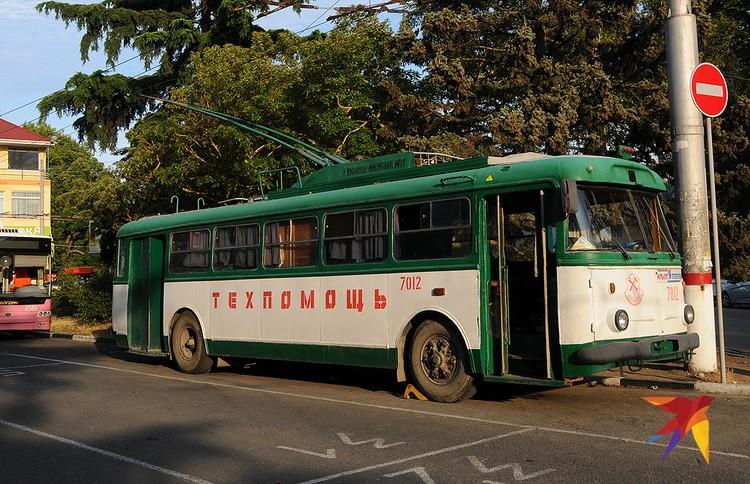 В Алуште еще можно увидеть старый крымский троллейбус, но уже только в виде машины техпомощи.