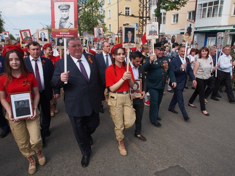 Владимир Волков с портретом отца во время шествия «Бессмертного полка» в Саранске.
