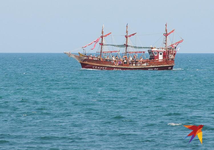 Еще одно развлечение – морская прогулка на шхуне.