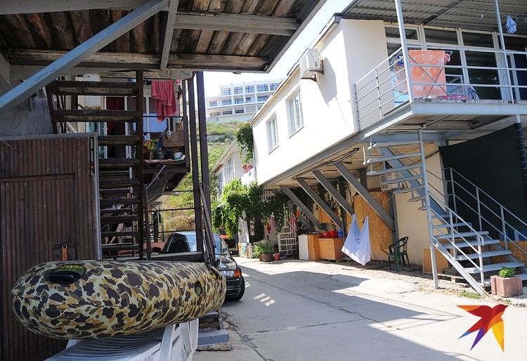 В Коктебеле расположился целый квартал эллингов, многие из них выставлены на продажу. Цены хоть и не из дешевых, но далеко не Лазурный берег.