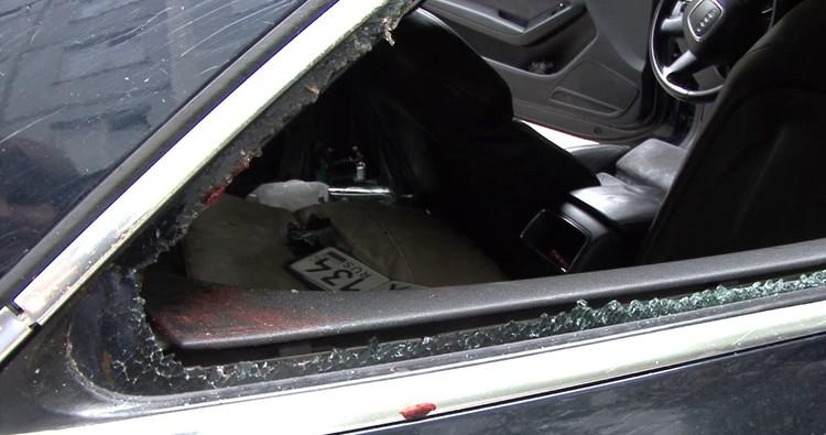 Пешеход рукой пробил стекло сбившей его иномарки.