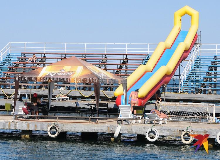 """Эта зона отдыха на центральной набережной носит странное название """"Водная база автошколы ДОСААФ"""". Вход на этот водно-автомобильный пляж платный – 100 рублей с человека"""
