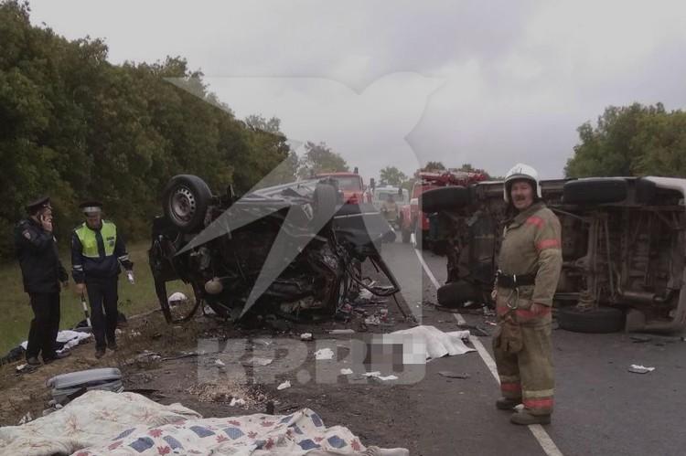 Ликвидировать последствия аварии приехали 7 сотрудников МЧС. Фото: предоставлено очевидцем.