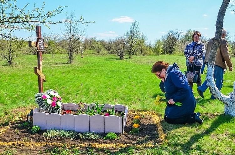 Вера Николаевна побывала и на месте гибели своего сына. Там она не удержала материнские слезы. Фото: «Донецкая Республика»
