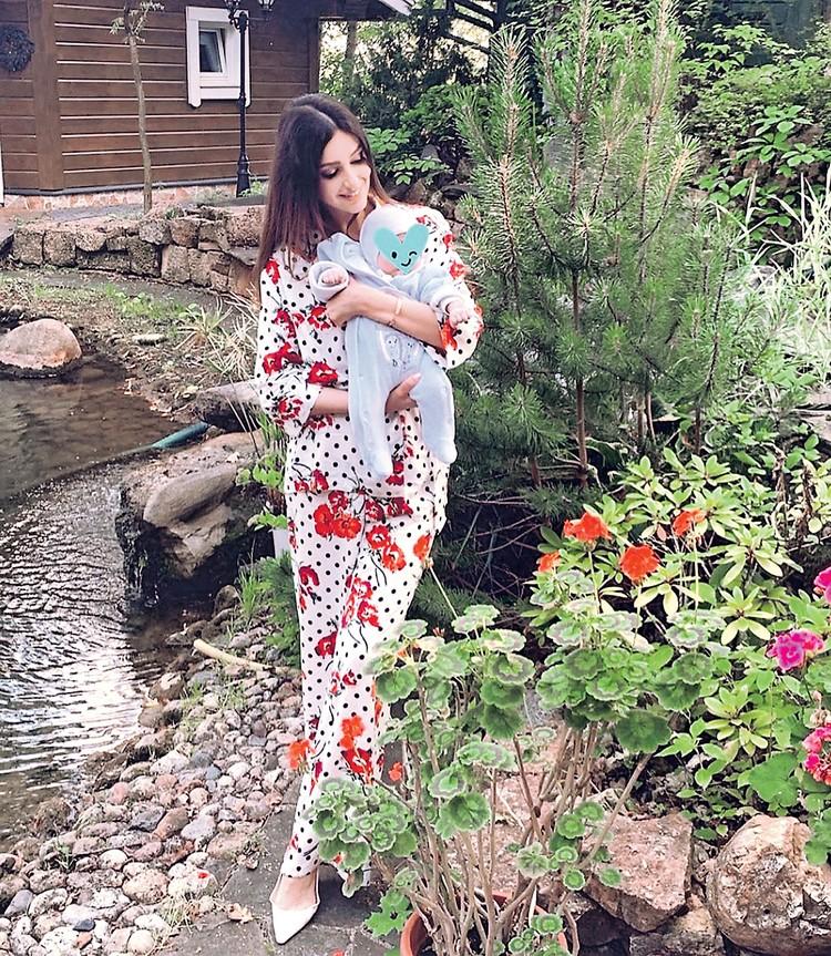 Сейчас все мысли 27-летней мамы заняты ребенком. Фото: instagram.com/rihanapetra