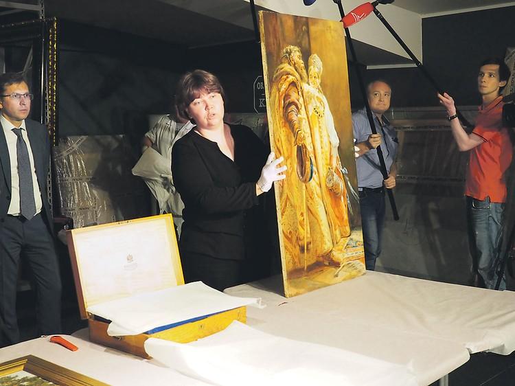 Главный хранитель музея «Новый Иерусалим» Наталья Сафонова показывает картину «Дуэт» предположительно работы Маковского.