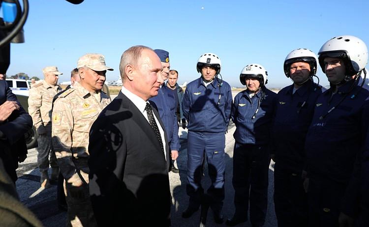 Владимир Путин во время визита на военную базу в Сирию