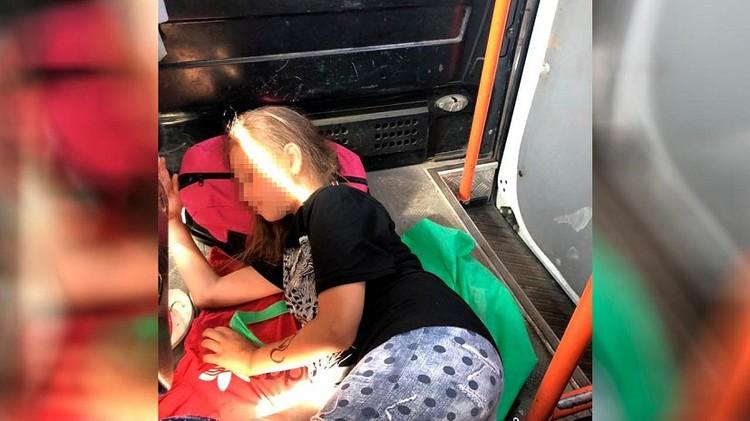 Фото детей, спящих на полу, шокировали родителей.