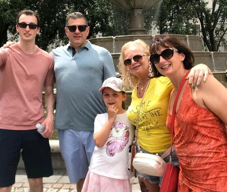 Лариса Долина улетела на отдых в США с дочкой Линой и внучкой Сашенькой.