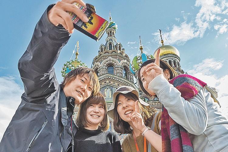Китайские туристы уже сами стали такой же достопримечательностью в Москве, Петербурге и Владивостоке, как русские соборы, на фоне которых они делают селфи.