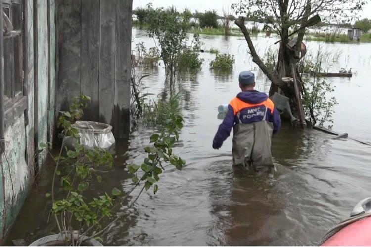 Одни могут выбраться из зоны подтопления на собственной лодке, другие, у кого нет плавсредст, обращаются за помощью к спасателям.