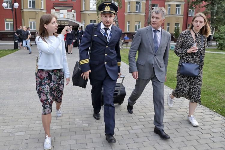 Второй пилот, аварийно севшего в кукурузном поле самолета - Георгий Мурзин (второй справа). Фото: Михаил Метцель/ТАСС