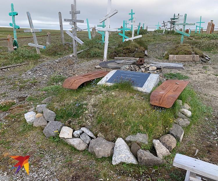 У могилы летчиков.