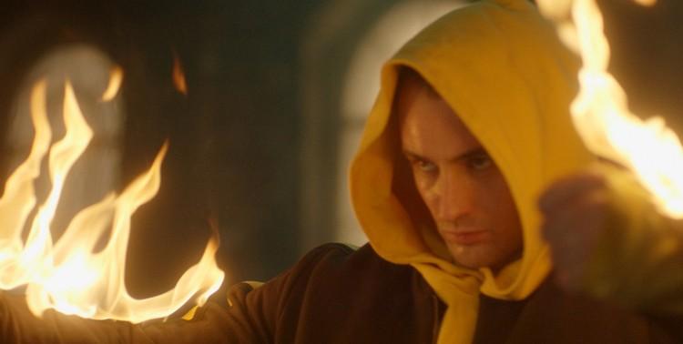 В начале фильма Антон идет на риск и поджигает собственную куртку, чтобы танцевальный номер превратился в настоящее дерзкое шоу