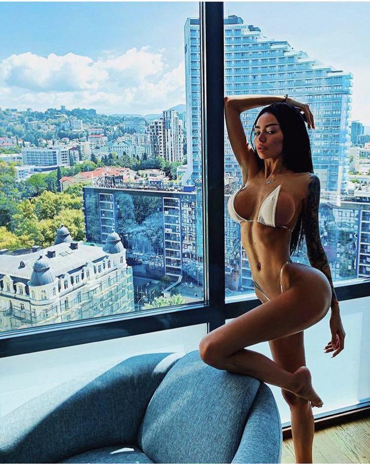Алена Омович в номере сочинского отеля, сутки в котором стоят от 15 000 рублей. Фото:instagram.com/alena_omovych