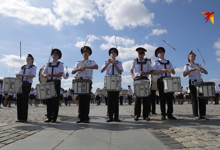 Юные музыканты аккомпанировали наездникам из Кремлевской школы верховой езды и Кавалерийского почетного эскорта Президентского полка