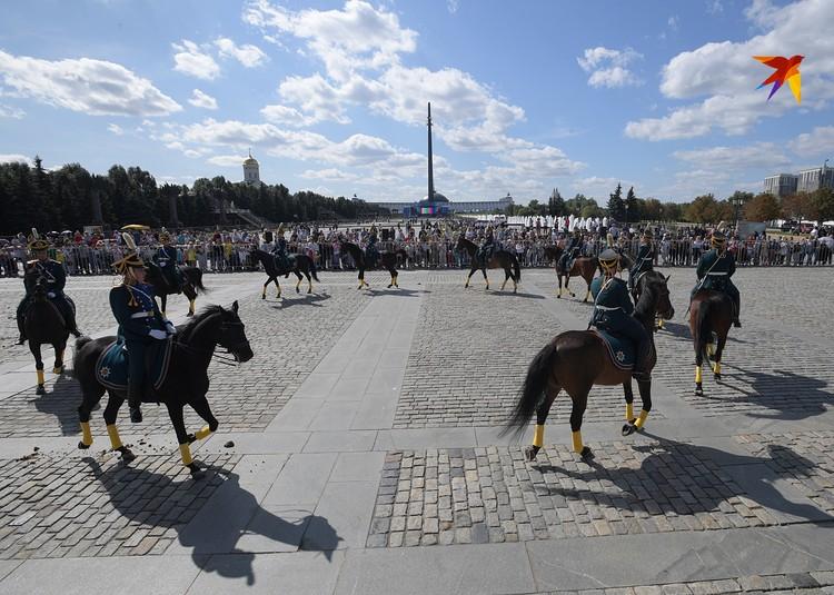 Участие приняли несколько сотен всадников