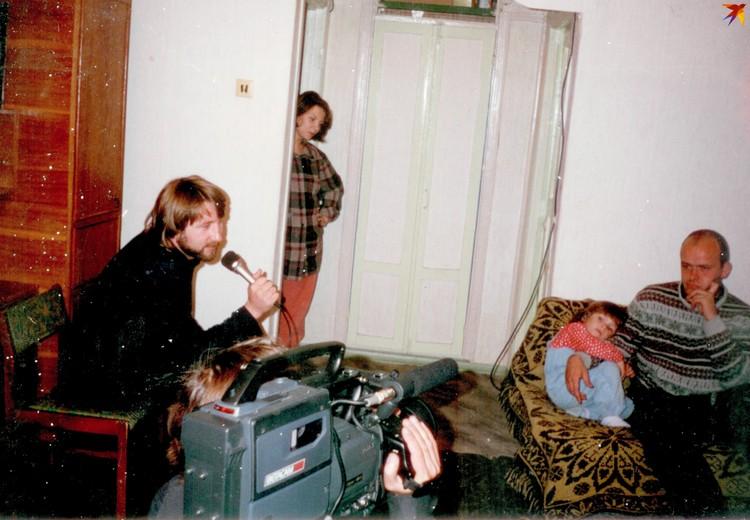 """Некоторые сюжеты, как этот с Василием Шугалеем (группа """"ЫЫЫ""""), снимали прямо дома у музыкантов."""