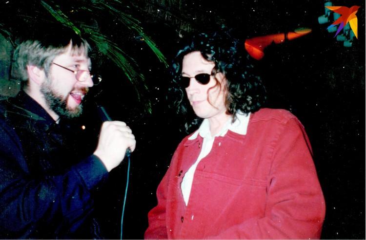 Как правило, все интервью записывались перед концертом и времени нередко бывало в обрез. На фото: Анатоль Вечер беседует с Сергеем Галаниным.