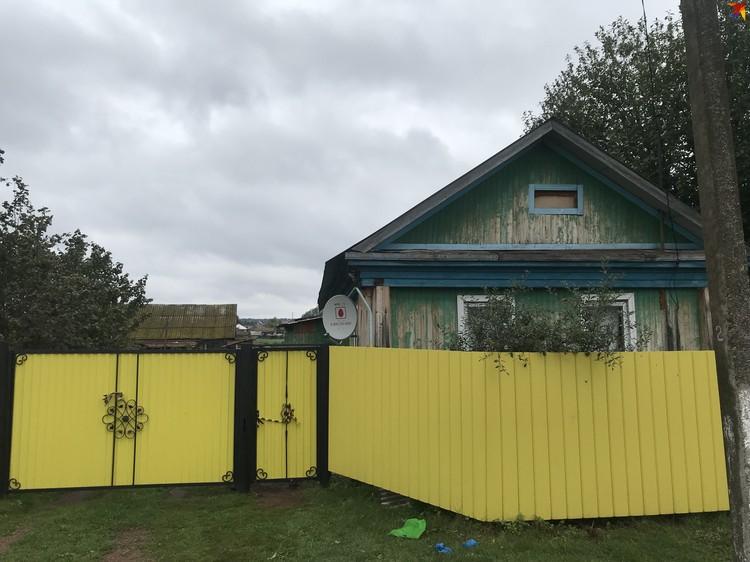 В этом скромном доме проживала Юля, ее дочь и сын