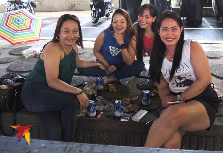 Для кого протесты, а для домработниц из Филиппин воскресенье - единственный выходной день.