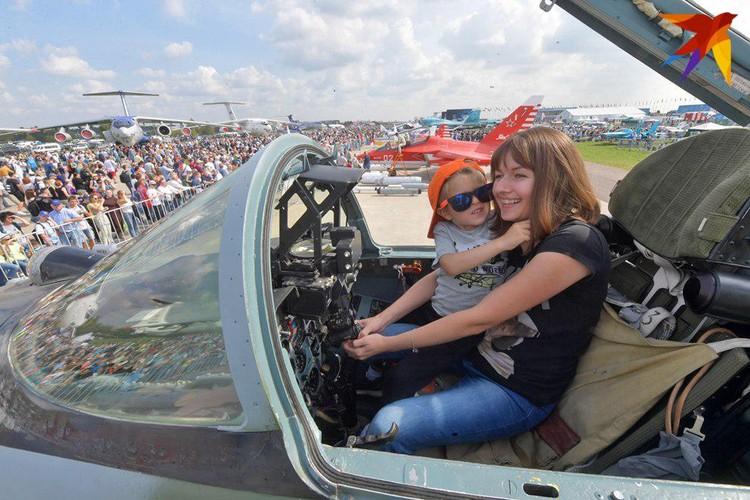 После такой выставки точно начнешь мечтать стать летчиком. Или космонавтом!