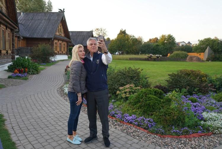 И сделал много селфи на фоне русских красот. Посольство США в Москве