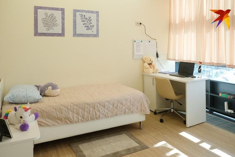 Девчонки живут в номерах по двое, в которых есть и место для работы, и даже гардеробная комната