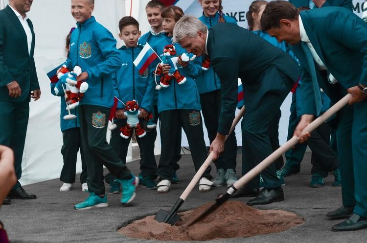 Помощник президента и Министр спорта Российской Федерации помогли закопать капсулу времени