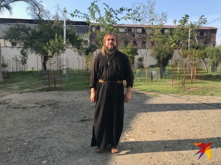 Андрей - батюшка легендарный - приехал из Сибири, поднял из руин часть монастыря.