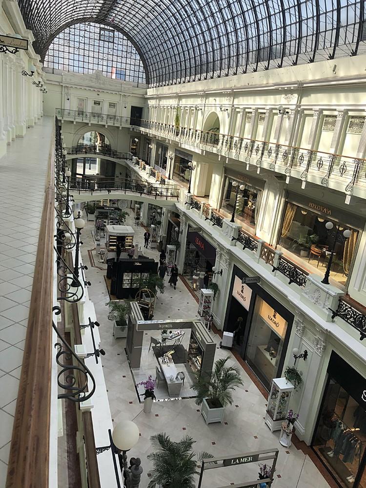 Из-за высоких цен в элитных бутиках в этом торговом комплексе больше продавцов и охранников, чем покупателей. Фото: Игорь Поляков