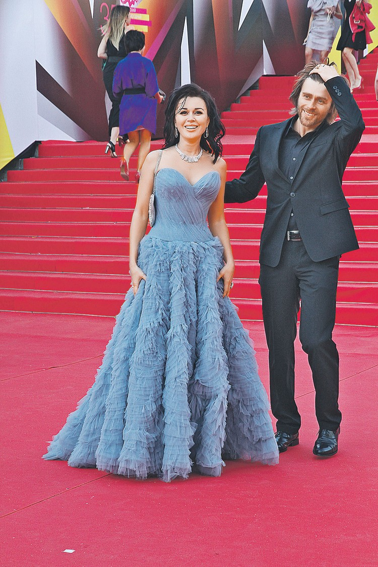 На светских мероприятиях Анастасия, как правило, выглядела замечательно. На фото - с мужем Петром Чернышевым.