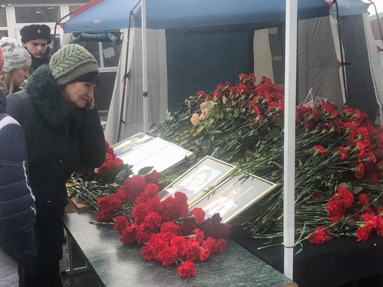 Прощаться с погибшими пришли тысячи человек. Фото: ГОПАЛО Ольга.