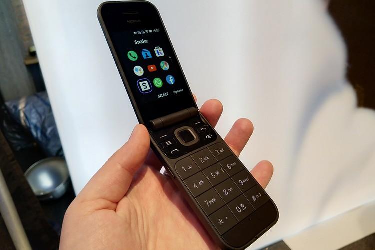 Для тех кто соскучился по «раскладушкам» Nokia представила модель Nokia 2720 Flip.