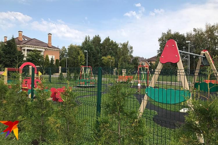 Из развлечений в поселке только детская площадка