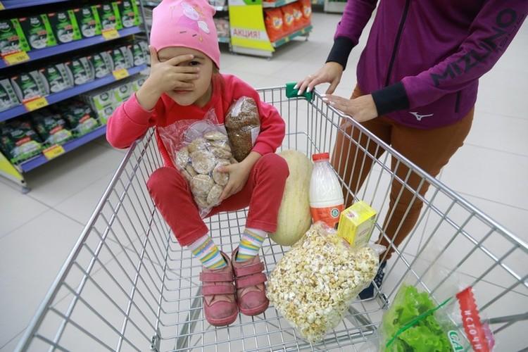 Испачканная обувью ребенка тележка - неуважение к другим покупателям