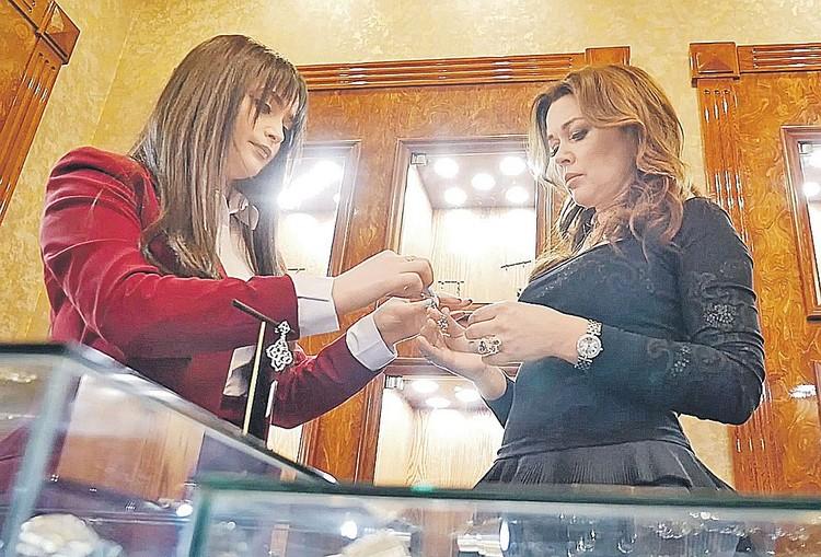 Открытие ювелирного салона в Ереване в апреле этого года. Многие обратили внимание на то, что Заворотнюк (справа) заметно пополнела. Фото: artyoms.com