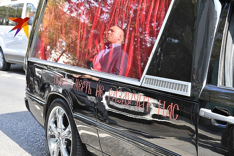 Чёрный Кадиллак, украшенный темно-красными цветами, кольцами и надписью «Пока смерть не разлучит нас» стоит 6000 в час