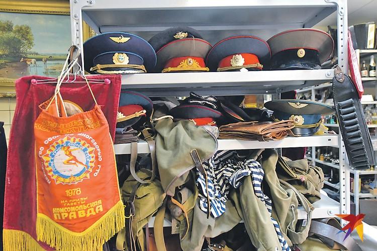 Армейского добра в таких магазинах навалом: от фуражек до тельняшек. Но, прежде чем вступать в ряды Вооруженных сил, желательно сдать нормы ГТО на приз «Комсомолки» (вымпел 1978 года - слева).
