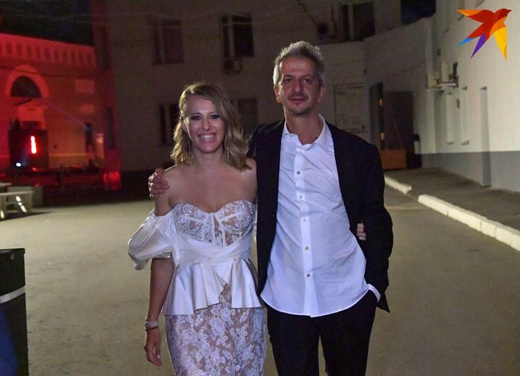 """Вечером Ксения предстала в новом имидже - в откровенном """"голом"""" платье."""