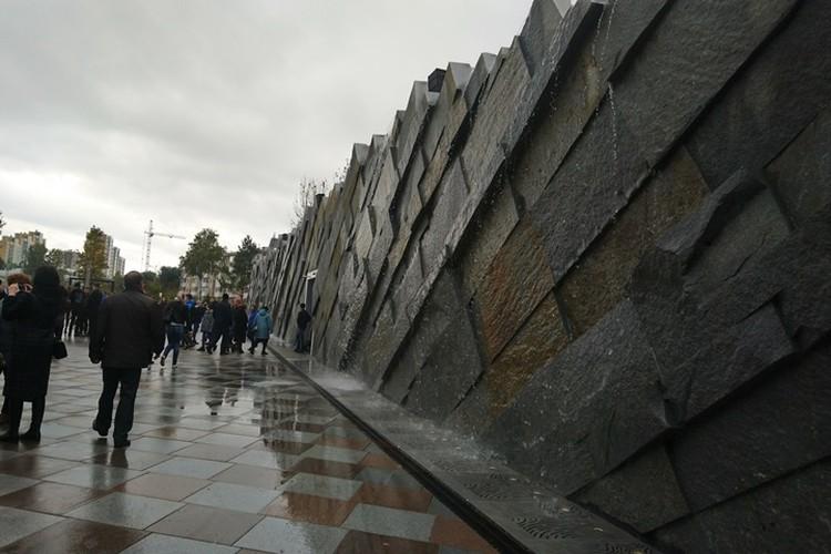 Стена из природного камня с капающей водой