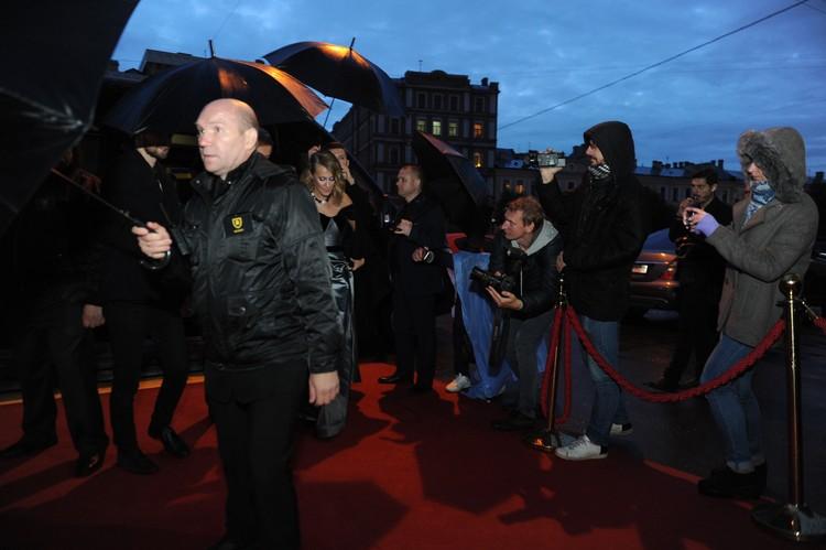 Ксения Собчак разгневалась на охранника, наступившего на платье