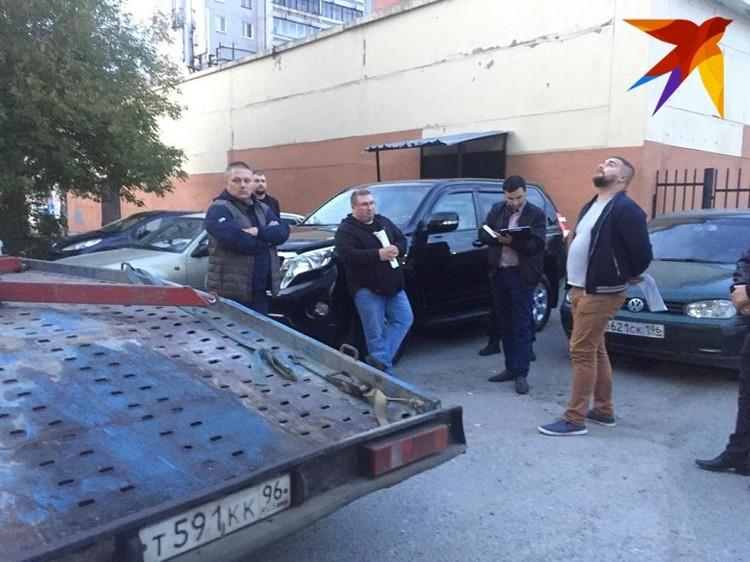 Предприниматель заявил, что окружившие его машину люди не дали ему забрать из салона личные вещи. Фото: предоставлено героем публикации