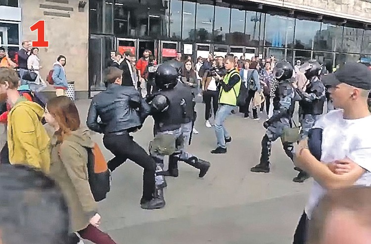 ДЕЙСТВИЕ 1. Бойцы Росгвардии устремляются к Устинову. Один из них хватает его за руку, но тот уходит от захвата. Фото: youtube.com