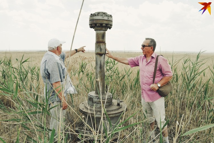 Евгений Воробьев и Виктор Черноусов на месте взрыва возле фонтанной арматуры