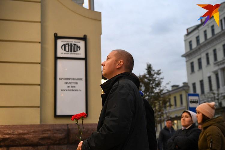 """Москвичи несут цветы к стенам театра """"Ленком"""""""