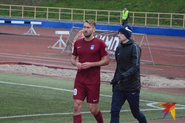 Александр Столяренко идет сдаваться на скамейку запасных.