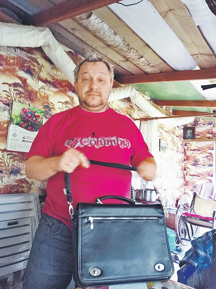 А это - Максим Тихонов, предприимчивый домостроитель. Своих клиентов он в основном кормит завтраками. Оговоренных в контракте работ многие от него не дождались.