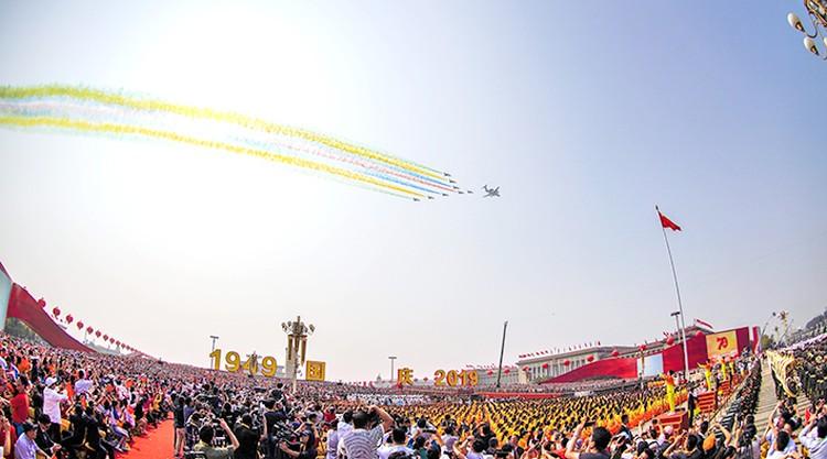 После выступления главы КНР были проведены военный парад и массовое праздничное шествие на площади Тяньаньмэнь в честь национального праздника КНР.