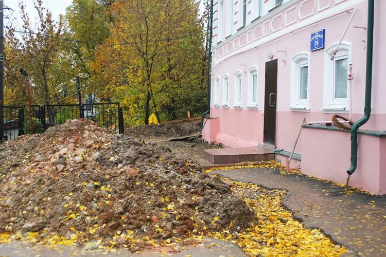 По всему периметру здания перед обрушением велись земляные работы.